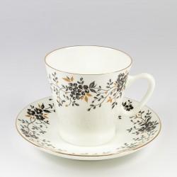 Csésze és alj. Fekete kávé. Vékony vesszőcskék.