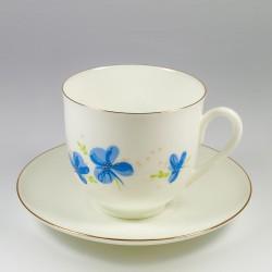 Šalice sa tanjurićima. Đurđevak. Plavo cvijeće.