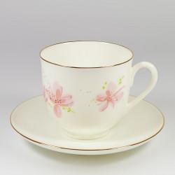 Csésze és alj. Gyöngyvirág. Rózsaszínű virágok.