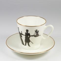 Чашка с блюдцем. Черный кофе. Прогулка.