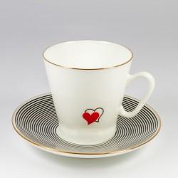 Šalice sa tanjurićima. Crna kava. Srca 1.