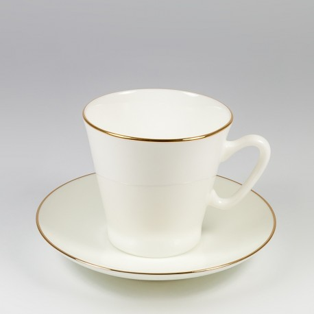 Šalice sa tanjurićima. Crna kava. Zlatni listić.